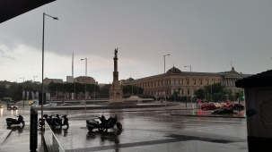 Colón square in the rain